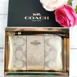 NWT COACH Boxed Corner Zip Wristlet Signature Bag